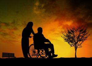 車椅子と夕焼け