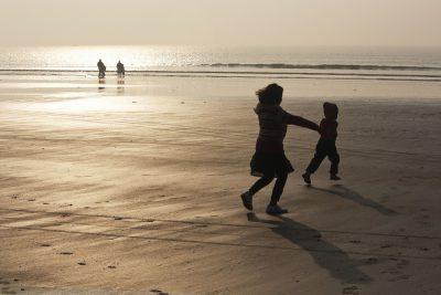 海と子ども イメージ